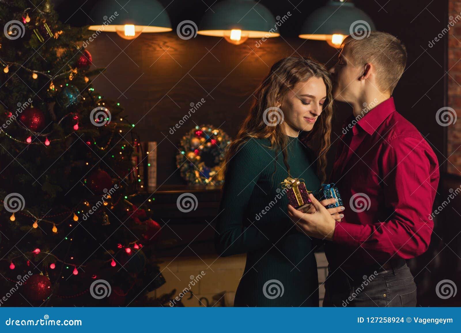 Un couple affectueux célèbre Noël