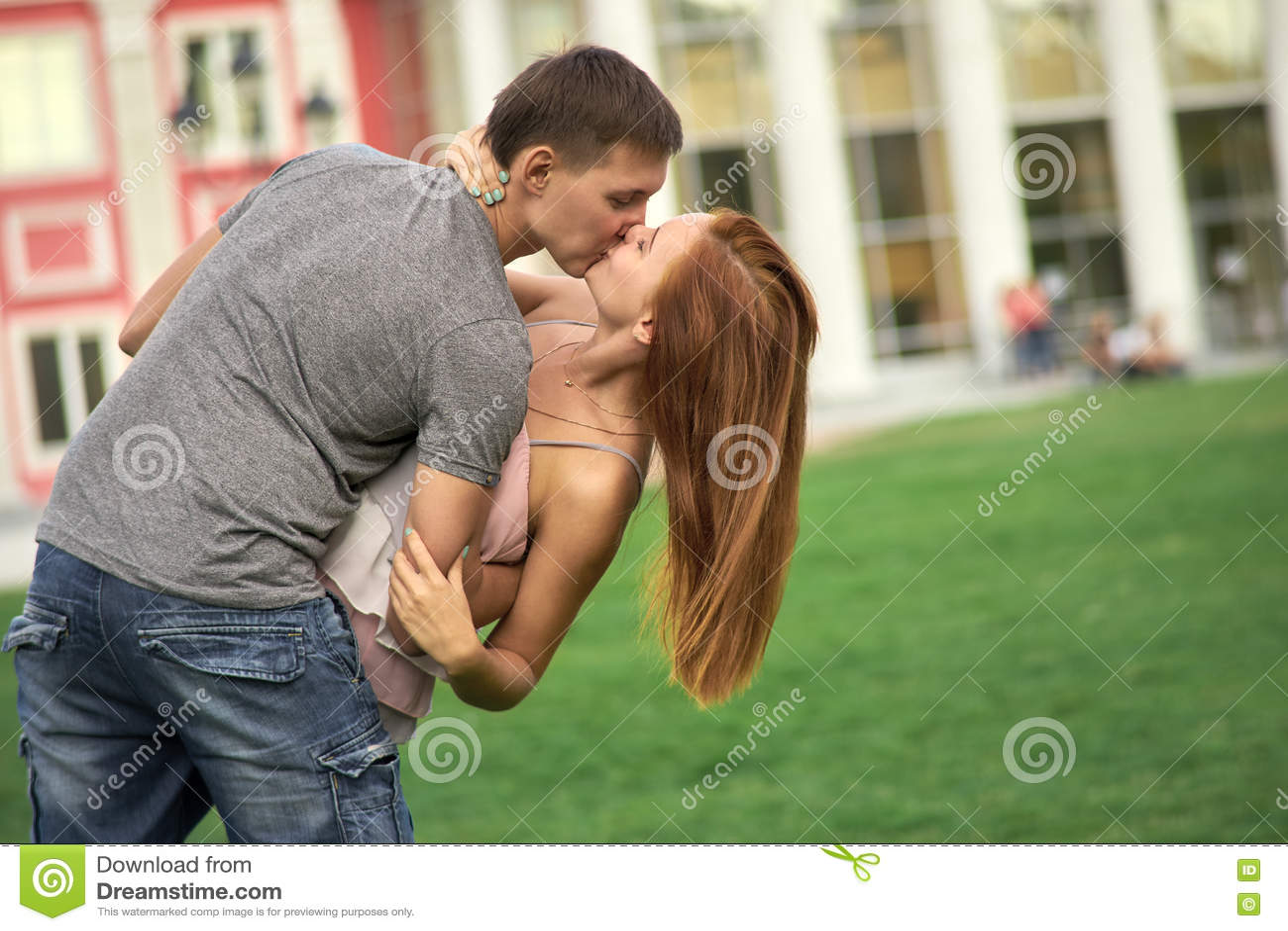 Un couple affectueux embrassant en parc