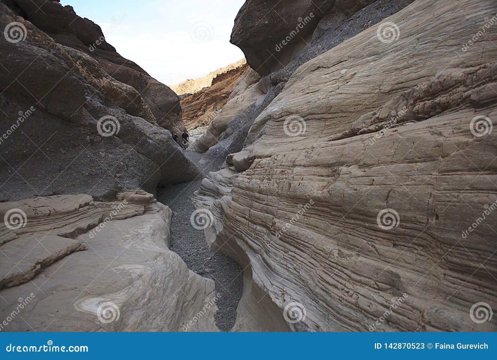 Un couple augmentant dans les montagnes Parc national de Death Valley, Californie orientale et le Nevada, Etats-Unis