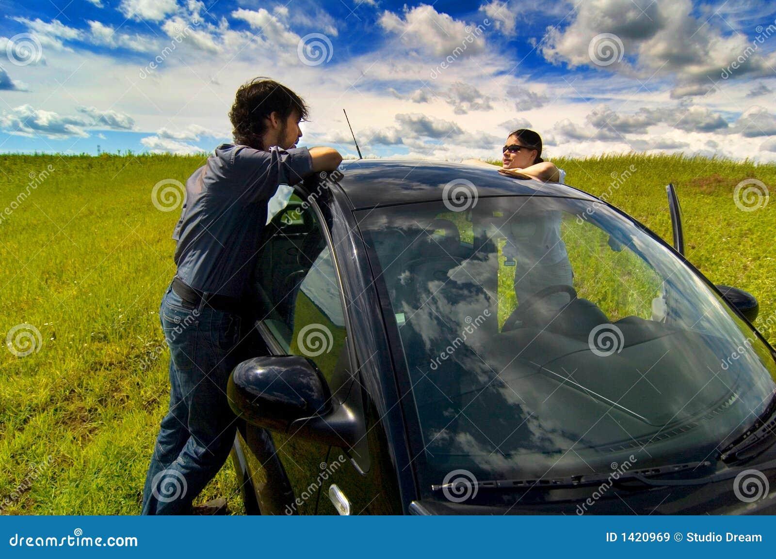 Un couple détendant en leur véhicule