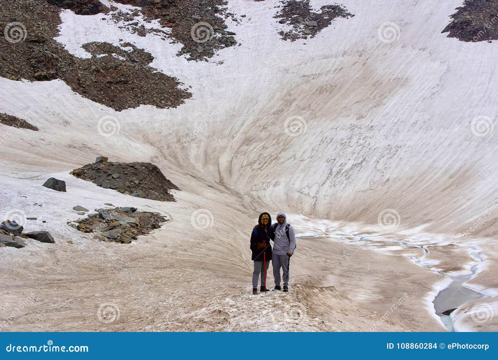 Un couple de trekker le posant pour une photo dedans milieu de leur aventure glaciale Himachal Pradesh