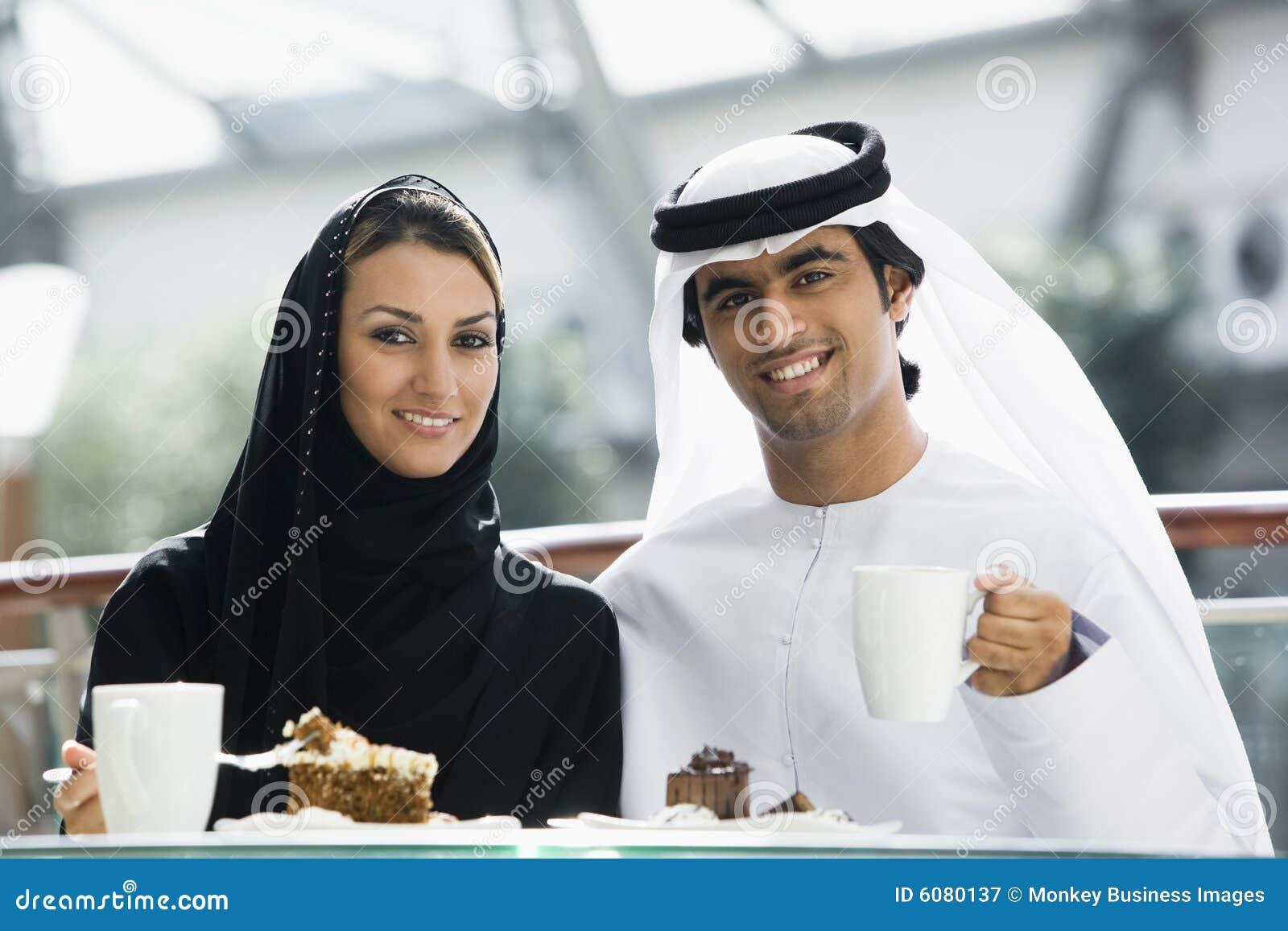 Un couple du Moyen-Orient appréciant un repas