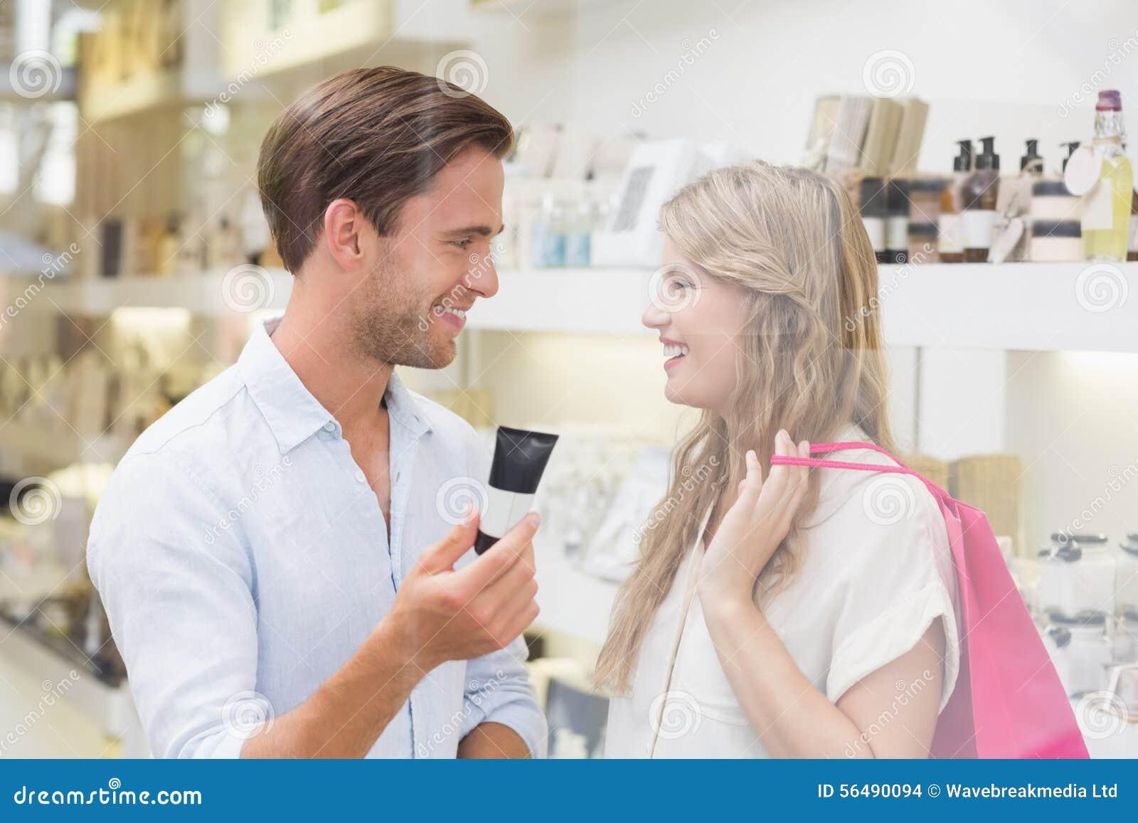 Un couple examinant un échantillon de produits de beauté