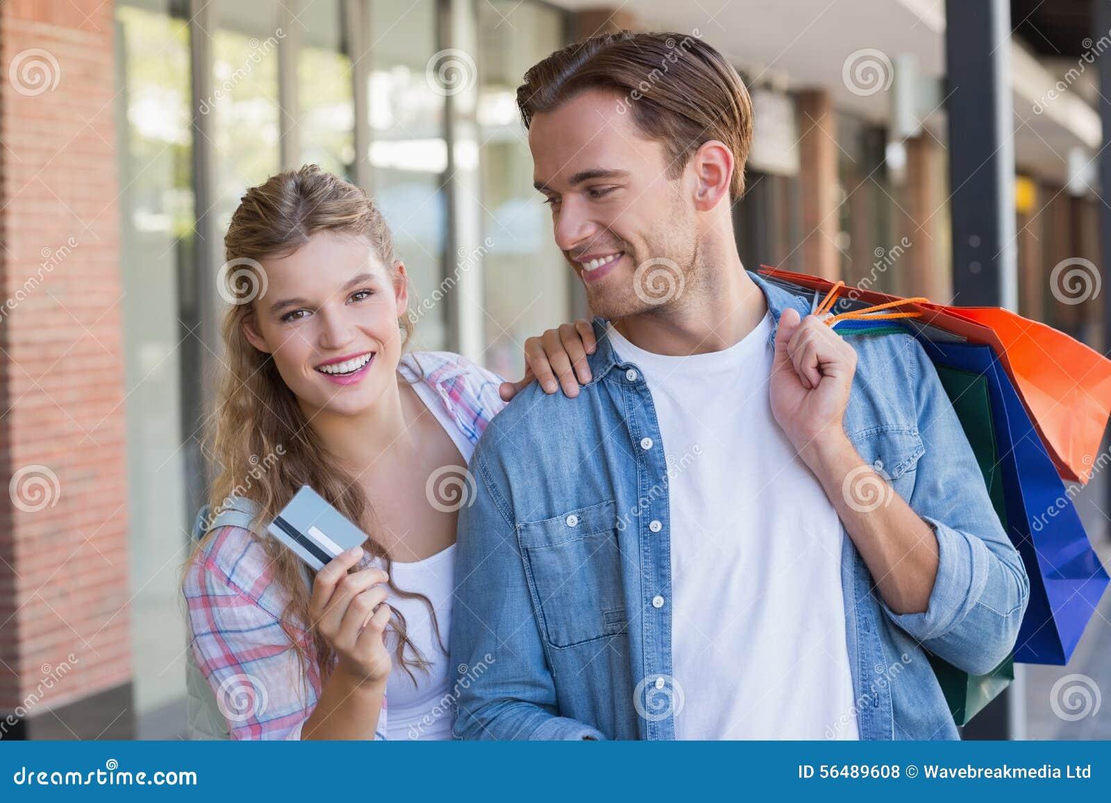 Un couple heureux montrant leur nouvelle carte de crédit