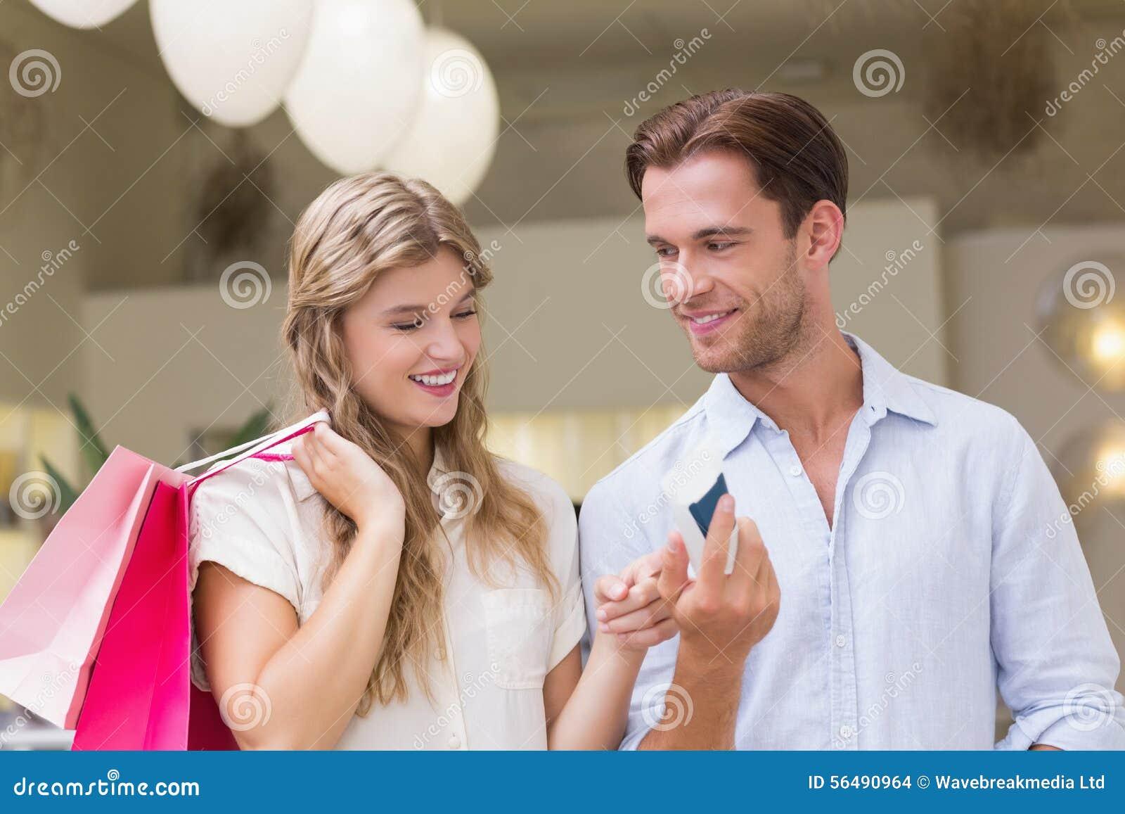 Un couple heureux regardant le produit de beauté