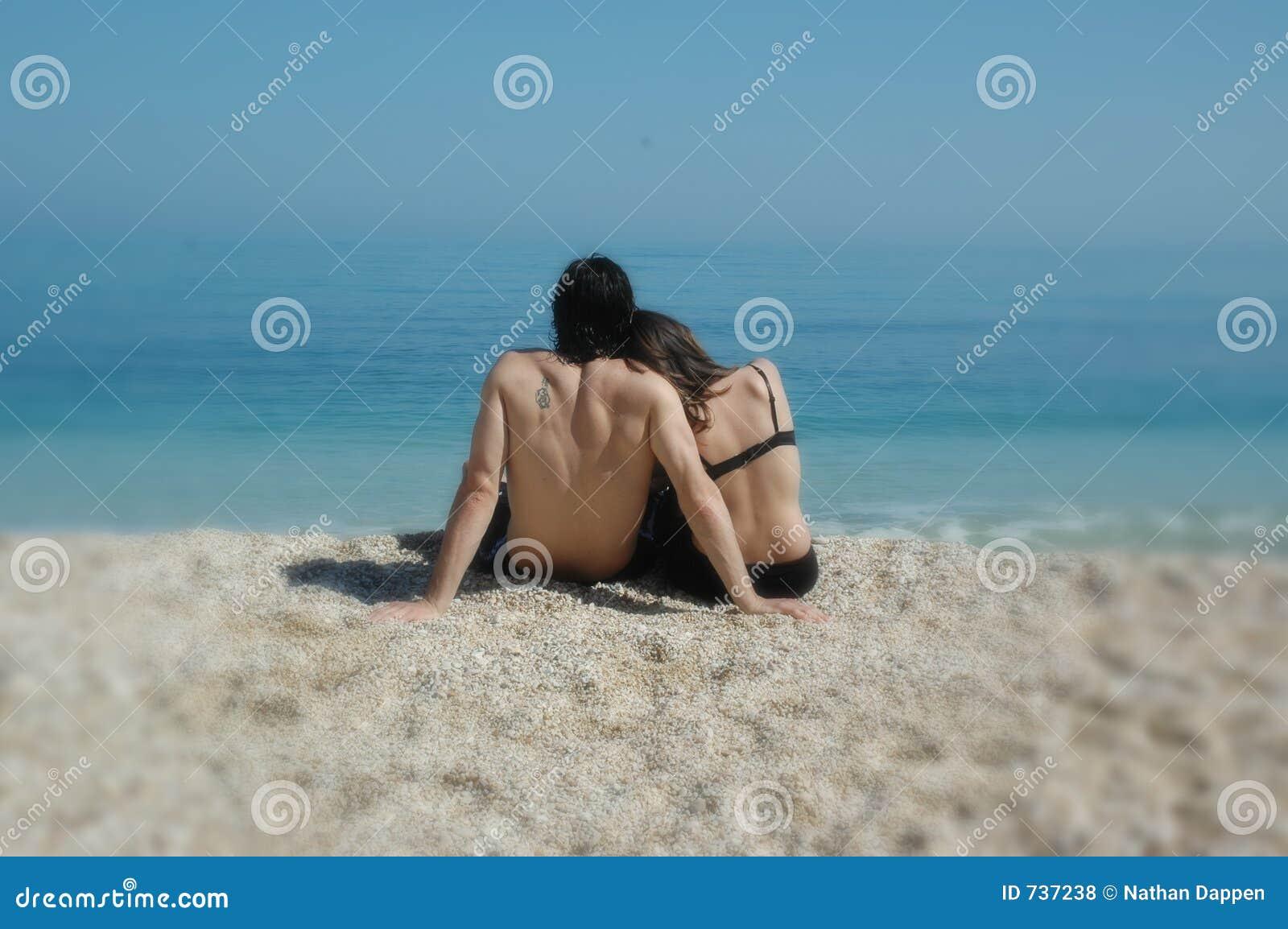 Un couple mignon caresse sur une plage italienne