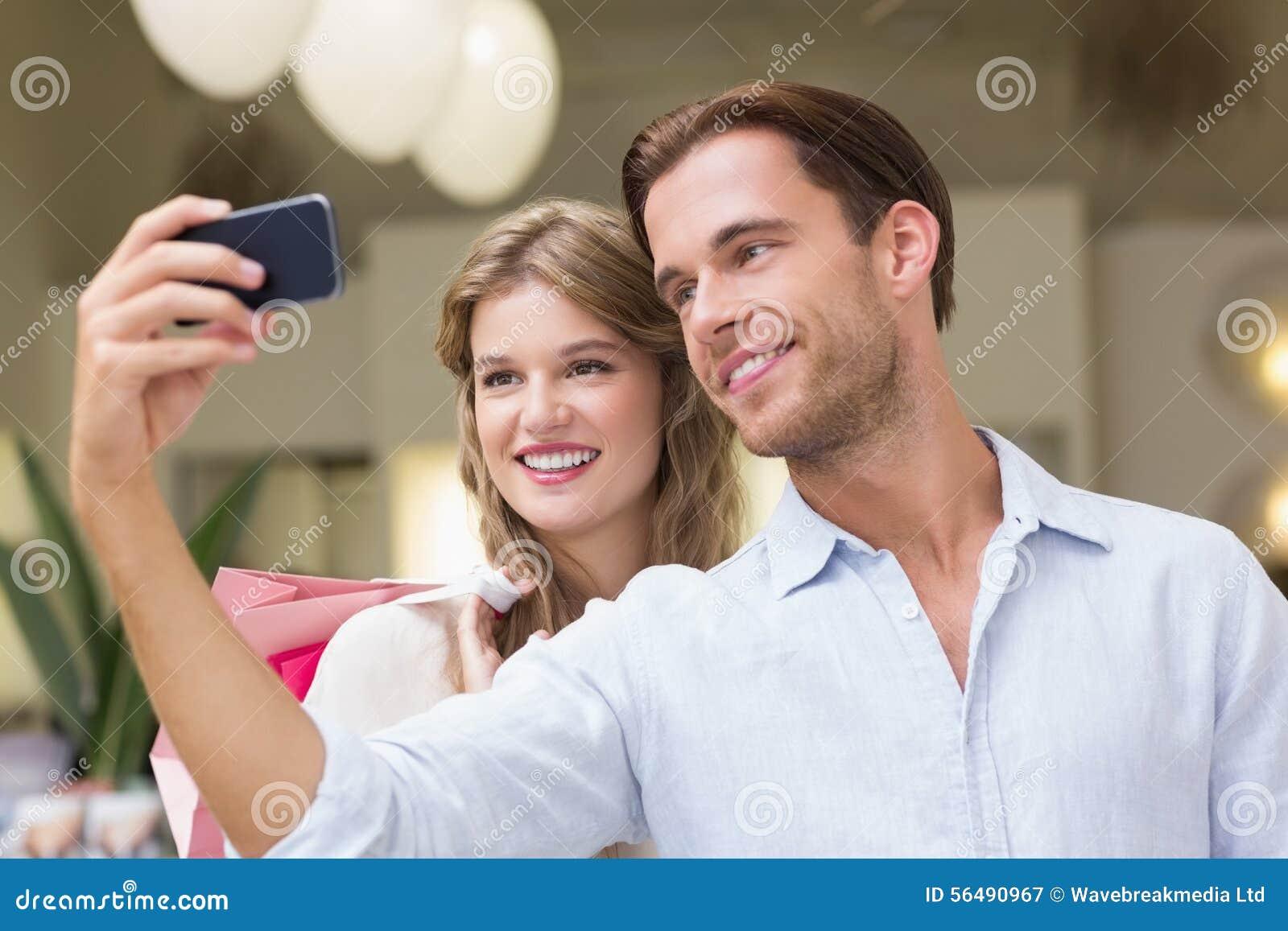 Un couple prenant un selfie