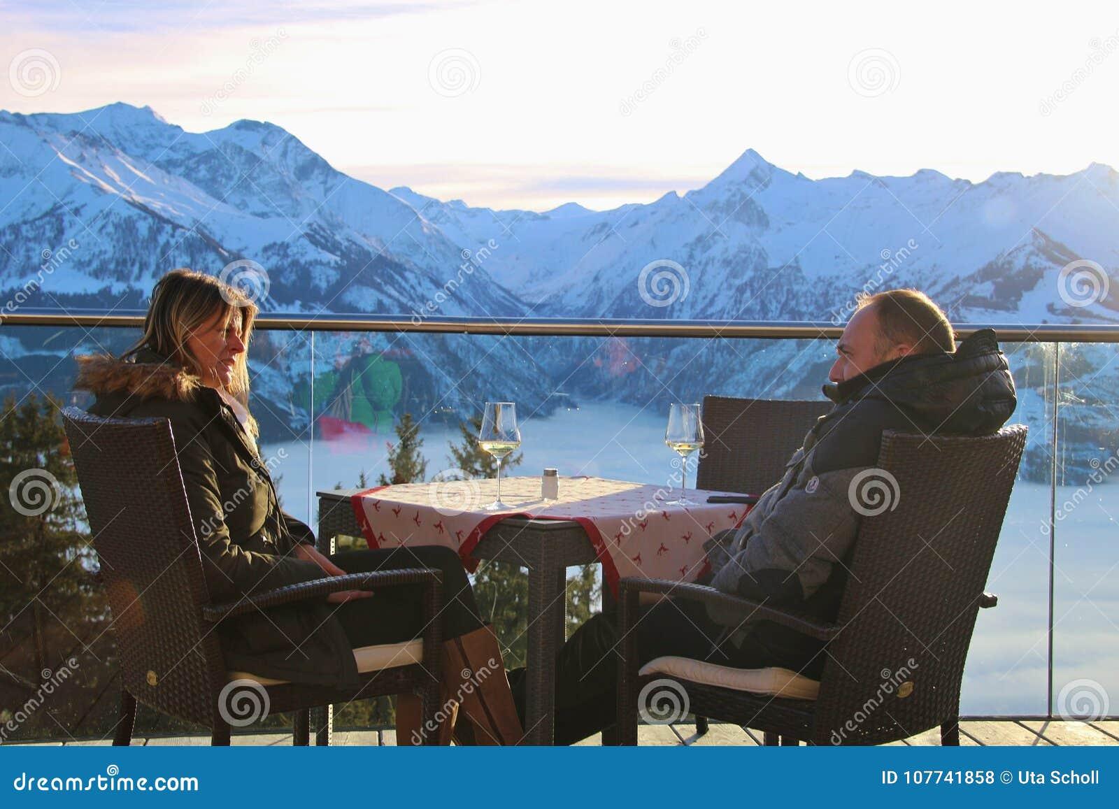 Un Couple Sur La Terrasse D Un Cafe Dans Les Montagnes En Hiver