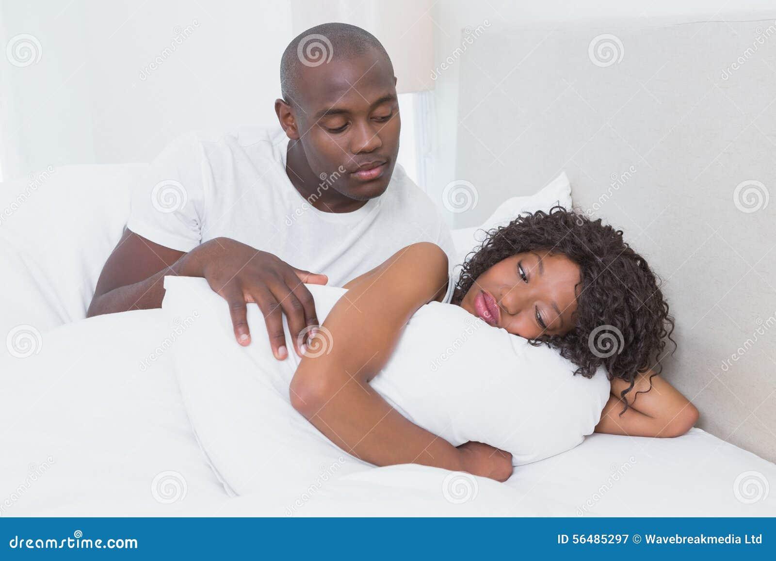 Un couple très mignon dans le lit ensemble