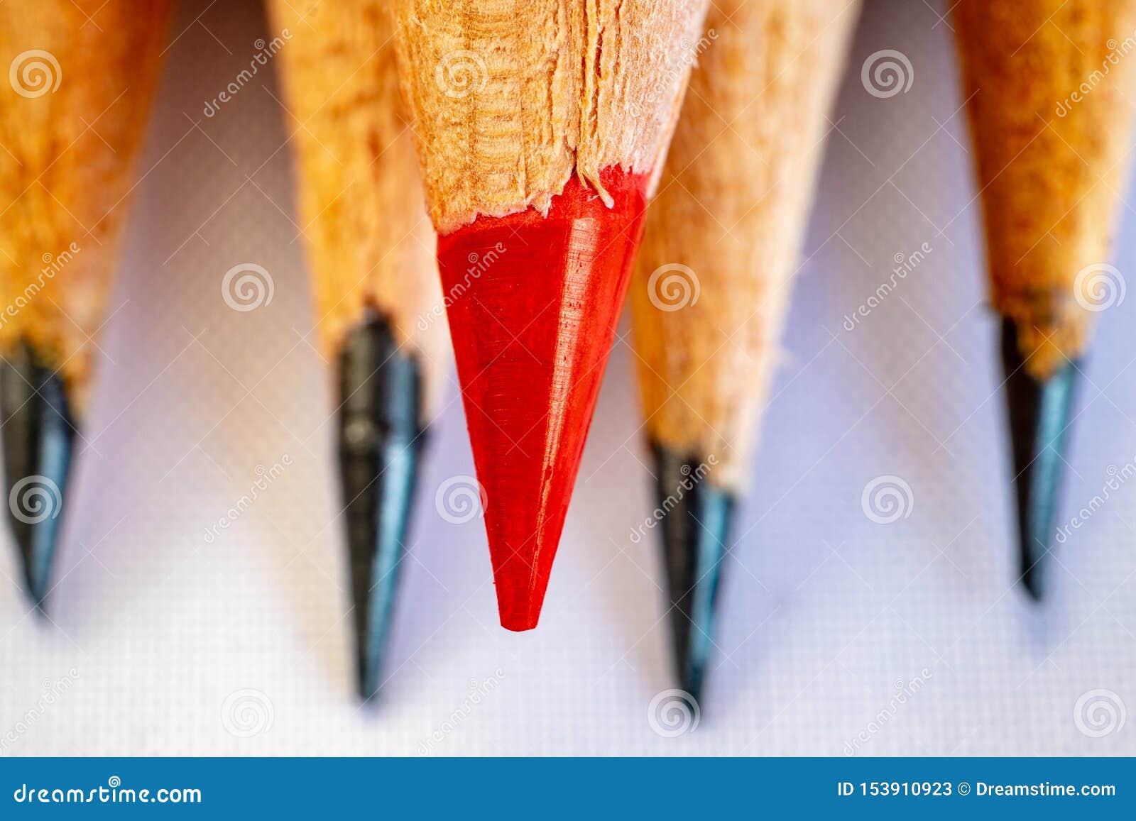 Un crayon rouge et graphite quatre noir