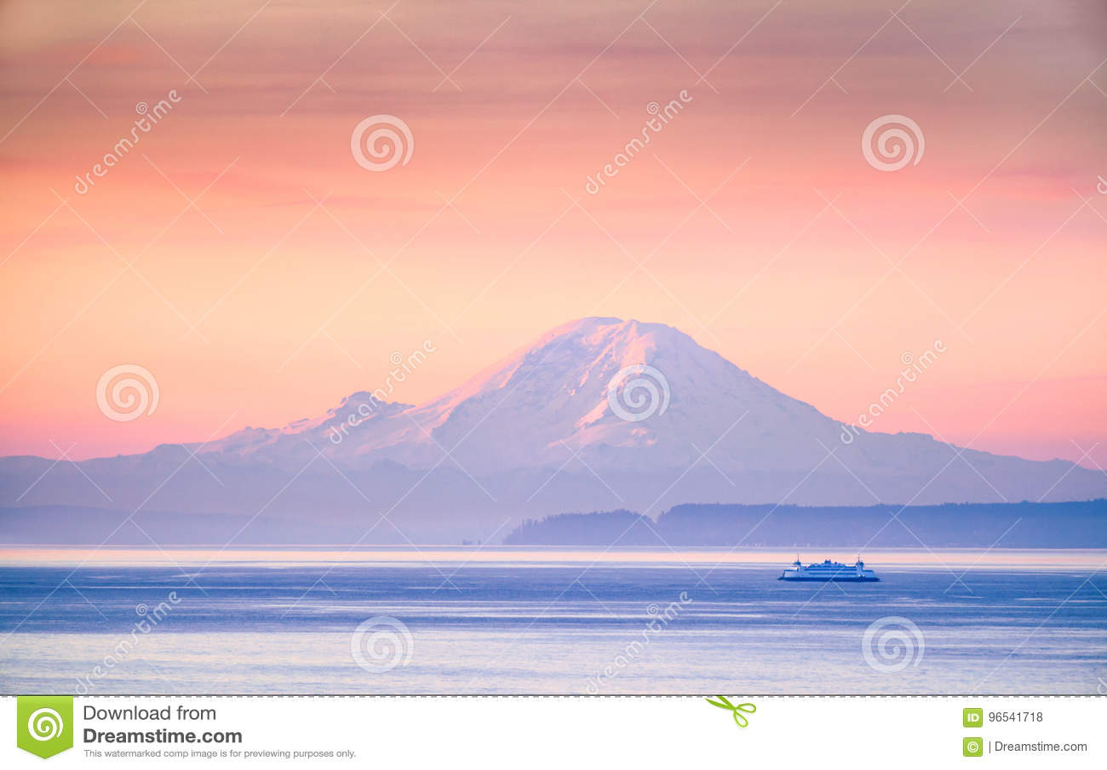 Un croisement de ferry Puget Sound au lever de soleil avec le mont Rainier i