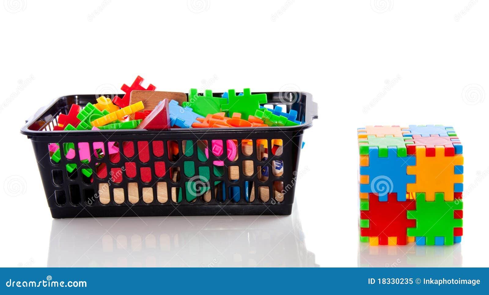 un cube en plastique et parties en puzzle image stock image du apprendre bloc 18330235. Black Bedroom Furniture Sets. Home Design Ideas