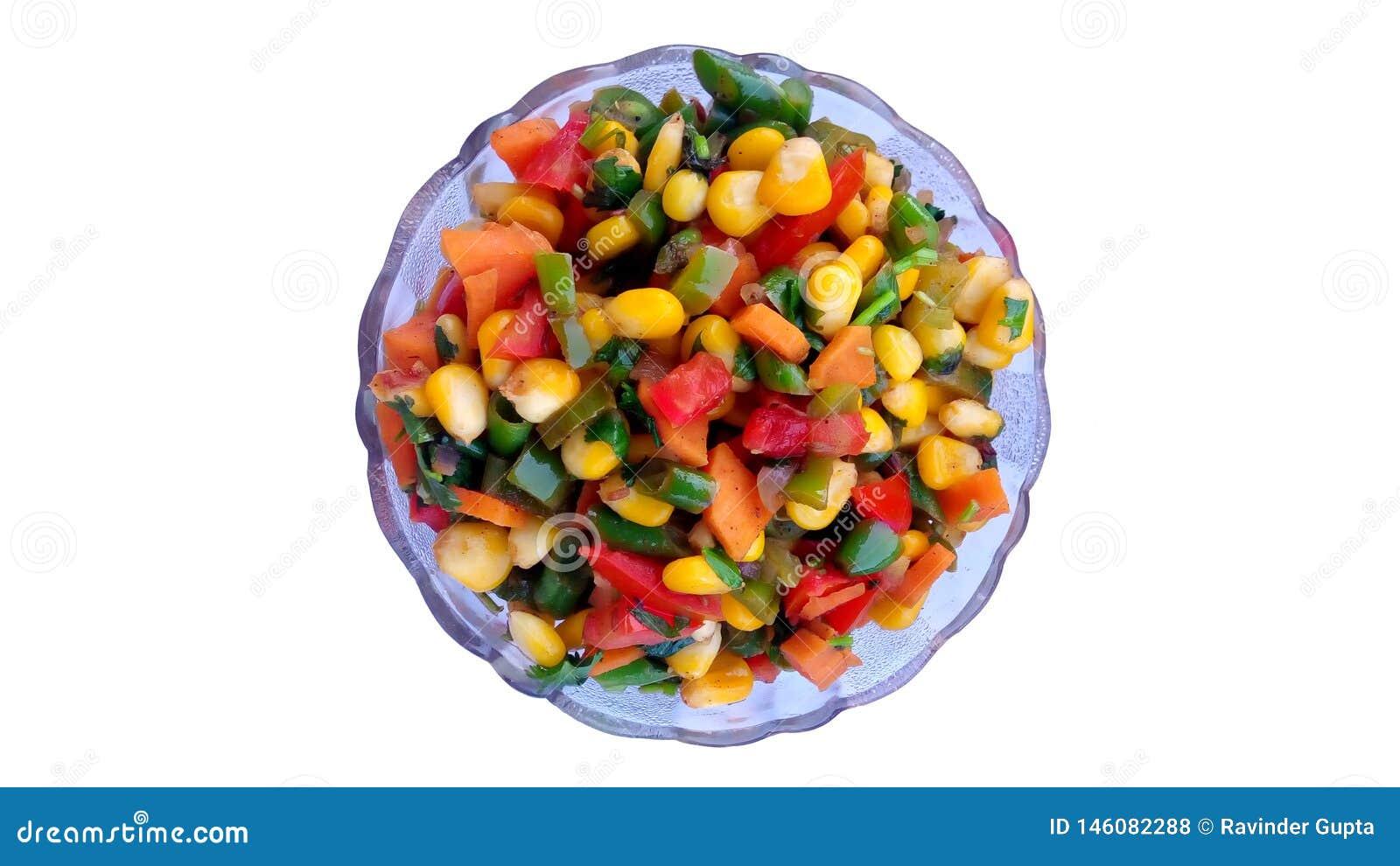 Un cuenco de granos frescos Niza cocinados con las verduras frescas