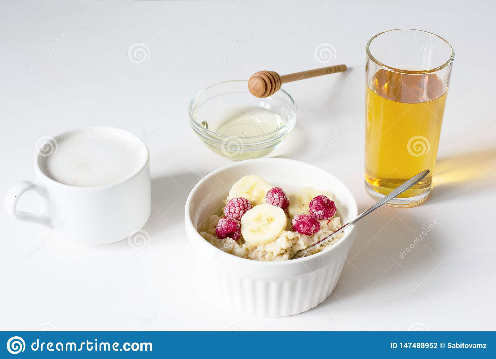 Un cuenco de harina de avena en un fondo blanco Desayuno sano