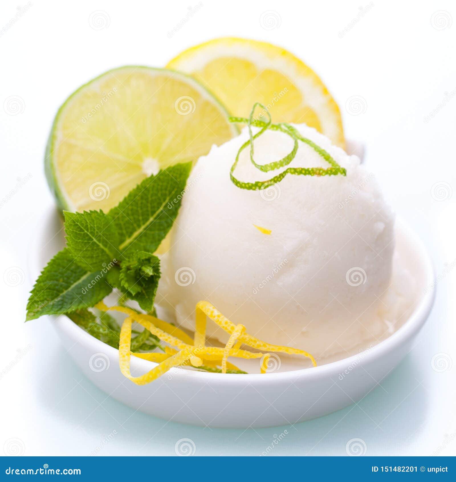 Un cuenco de helado del limón aislado en el fondo blanco