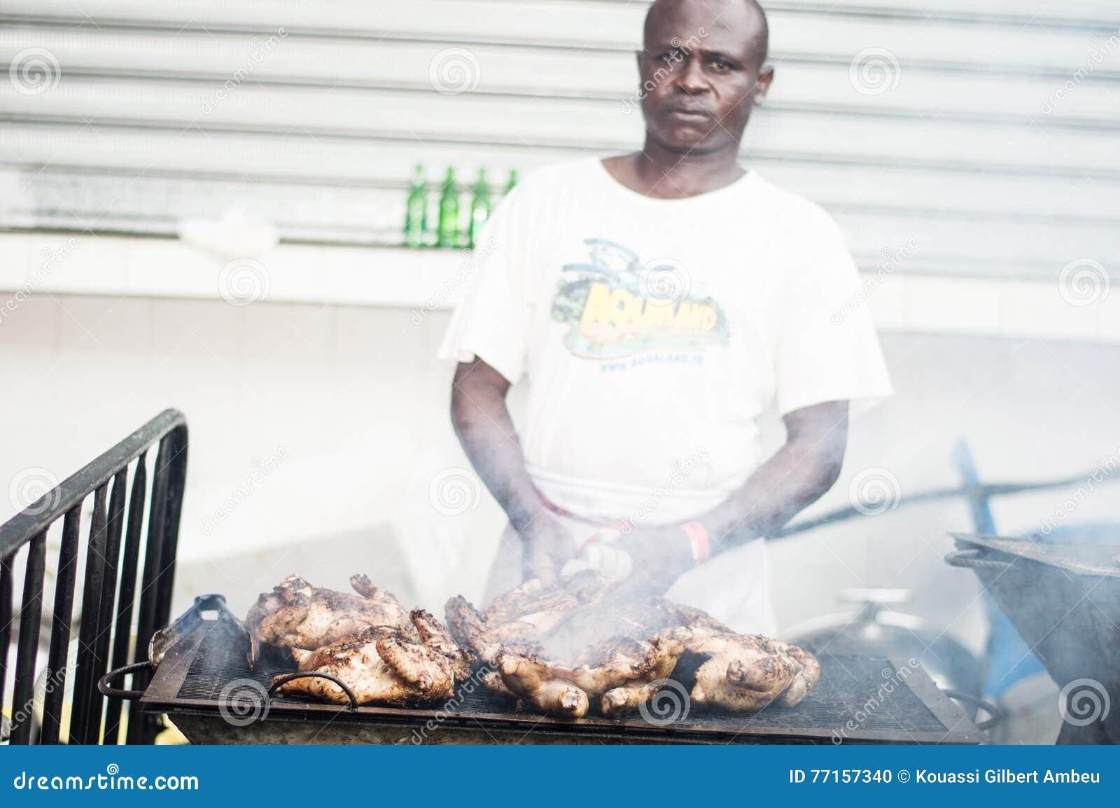 Un cuisinier enveloppé par la fumée