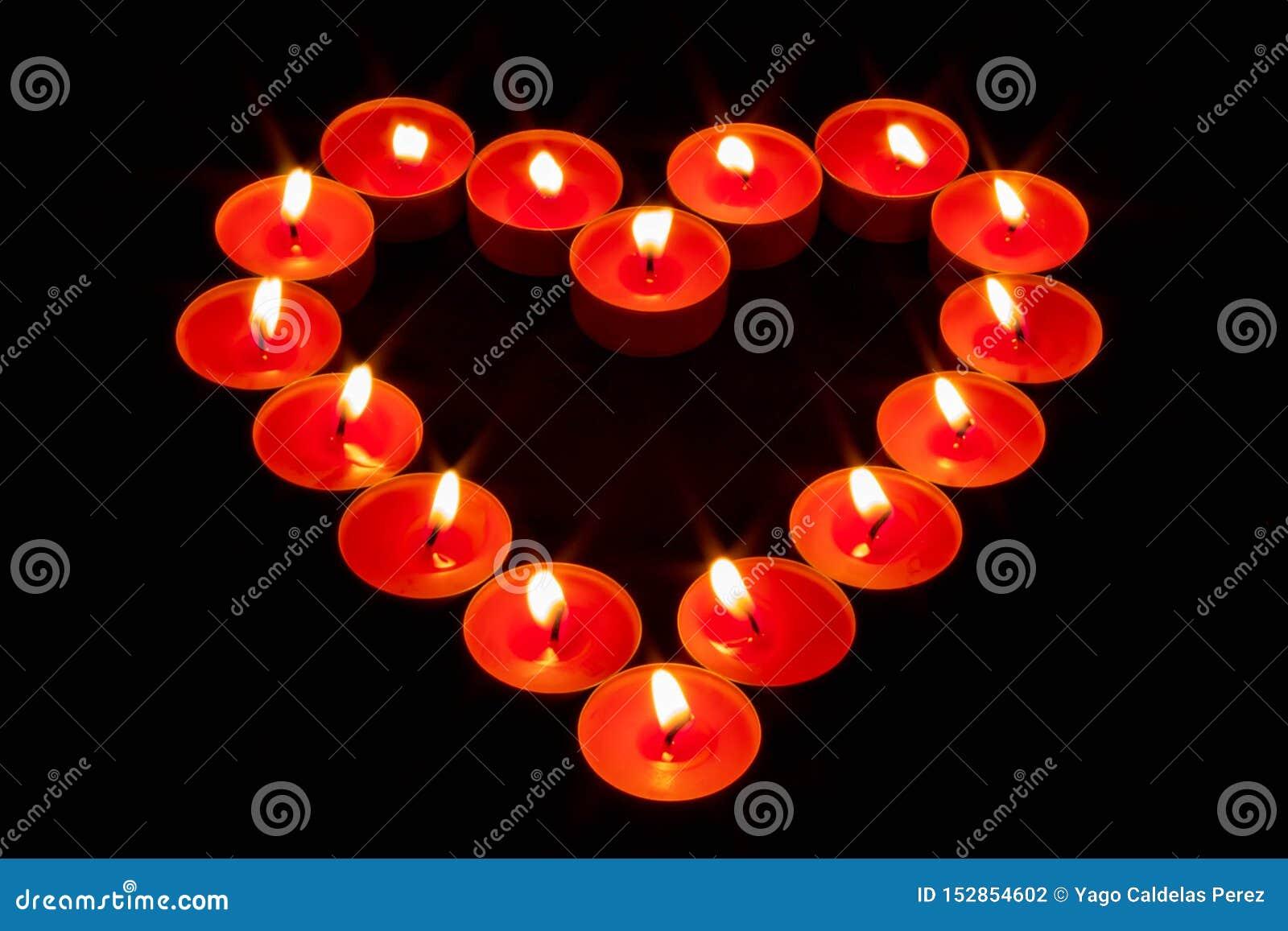 Un cuore fatto con le candele rosse