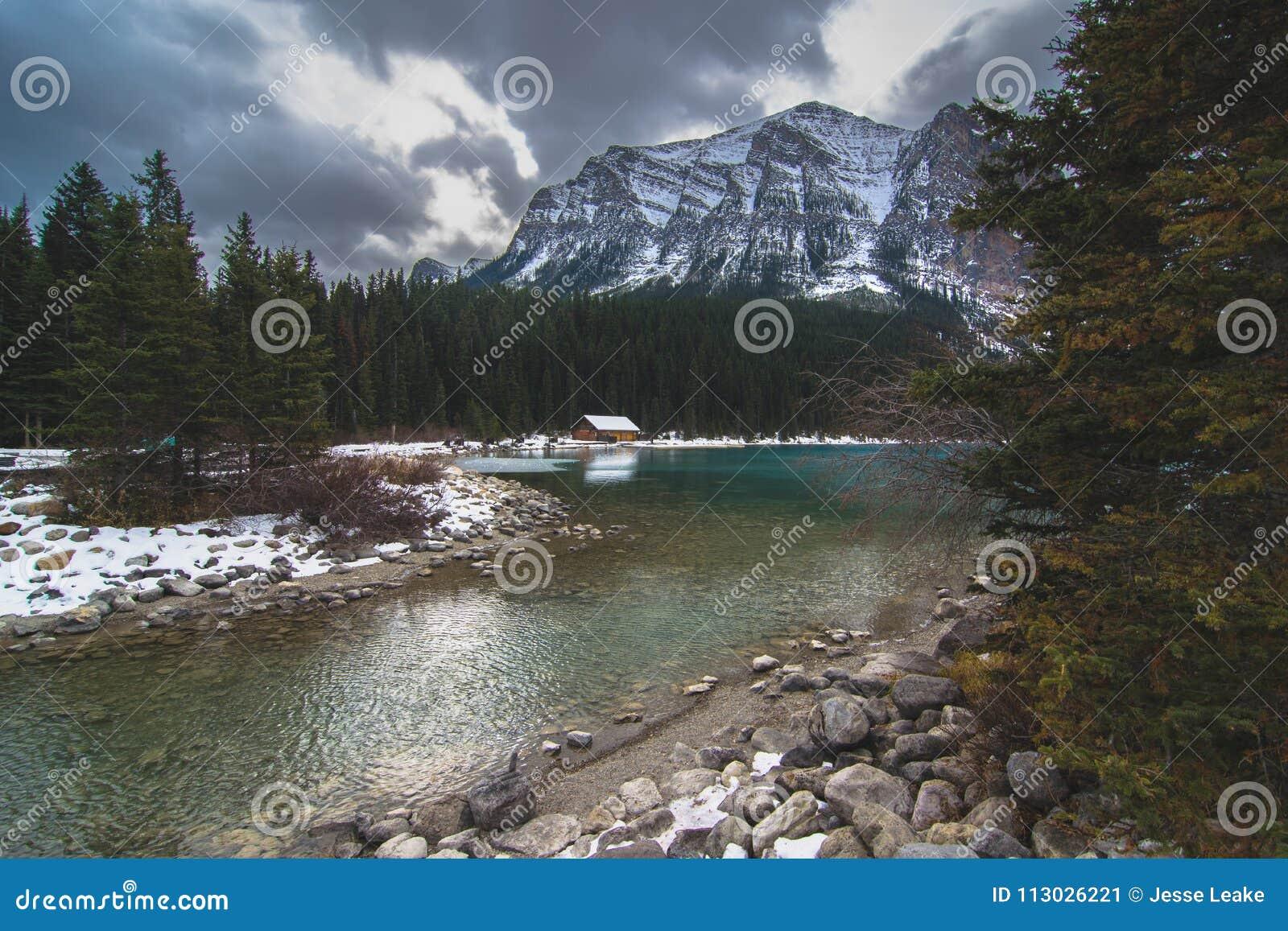 Un día cambiante sobre Lake Louise en Banff sobre la casa barco famosa