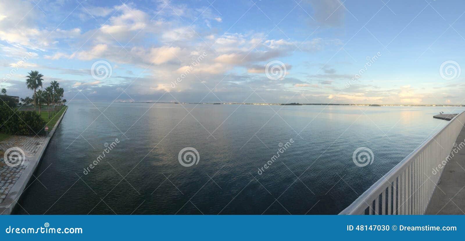 Un día de verano tranquilo en el agua