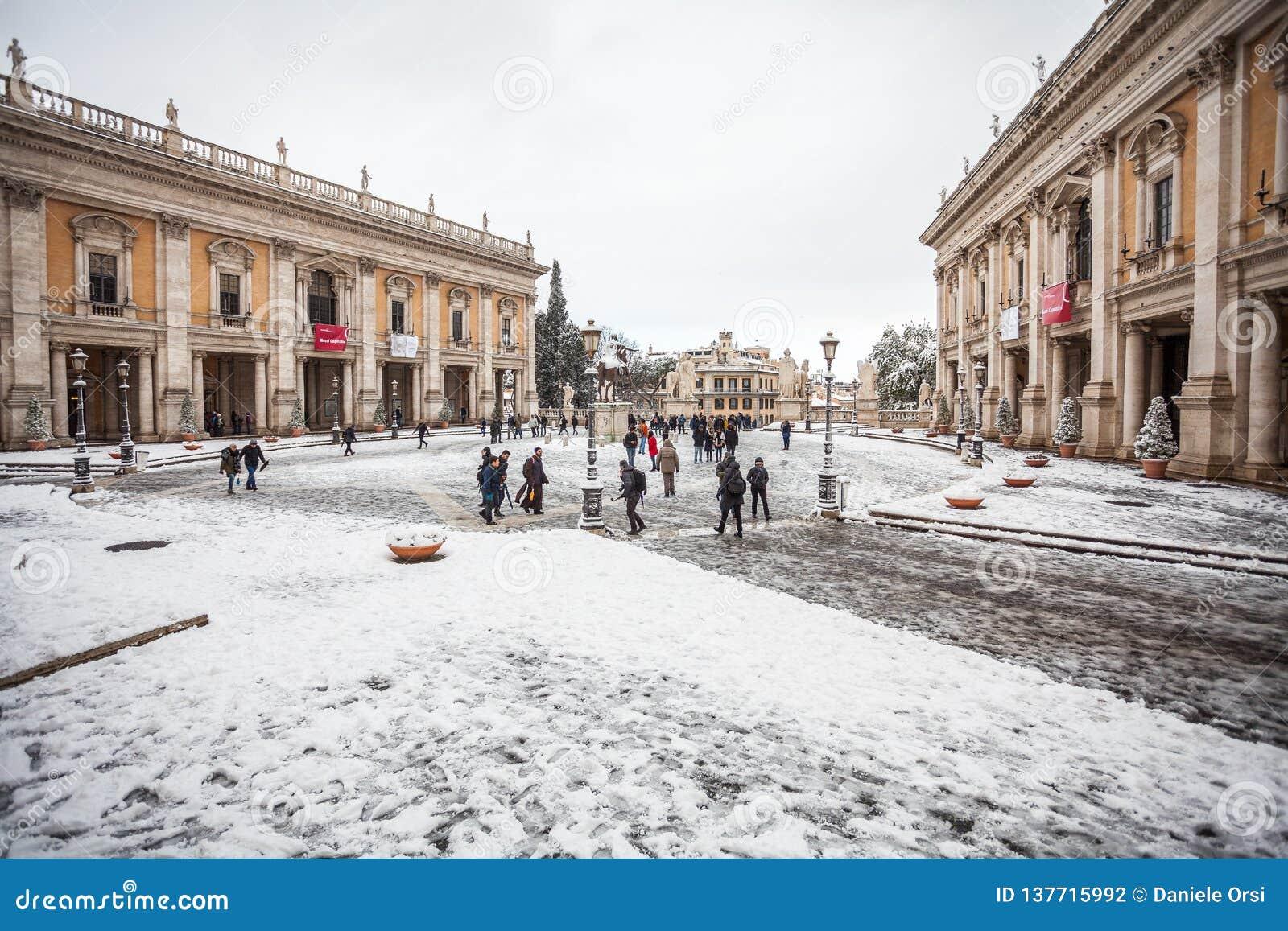 Un día precioso de nieve en Roma, Italia, el 26 de febrero de 2018: una hermosa vista del cuadrado de Capitoline debajo de la nie