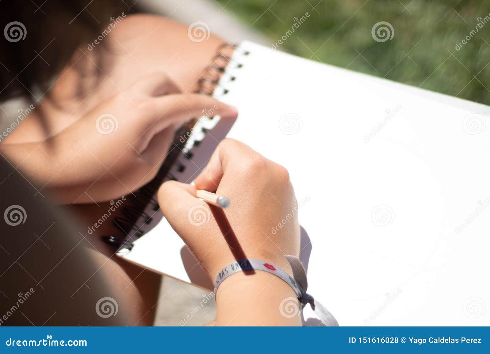 Un dibujo de la muchacha con un lápiz