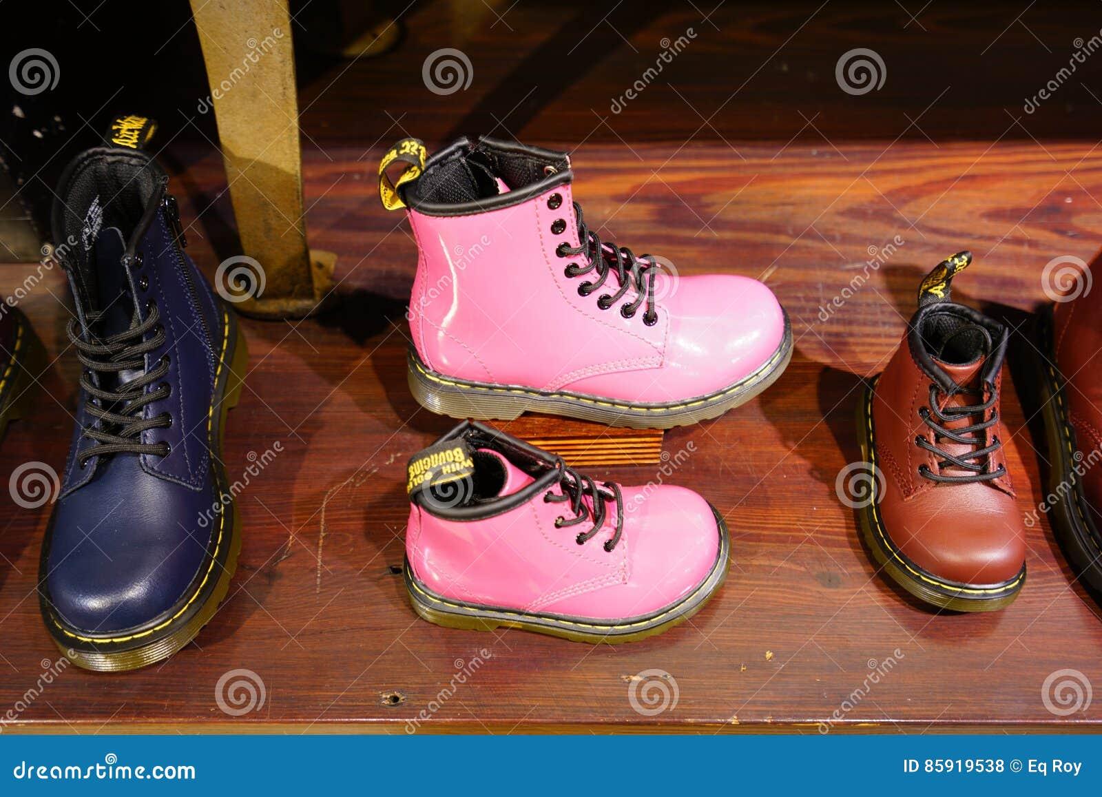 35c8f03a09e NEW YORK CITY, NY - un Dr. Zapatería de las martas en New York City Fundado  en 1947, el doc. Martens es una compañía británica del calzado sabida para  sus ...