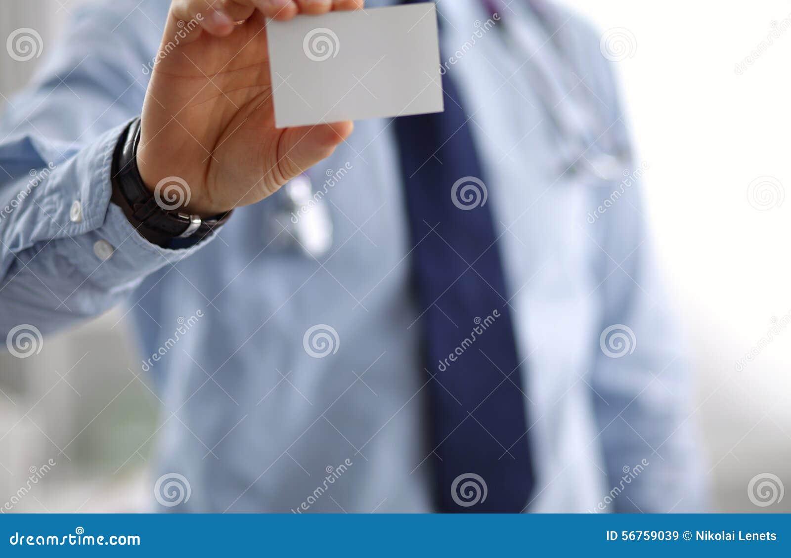 Un Docteur Masculin Montre Une Carte De Visite Professionnelle