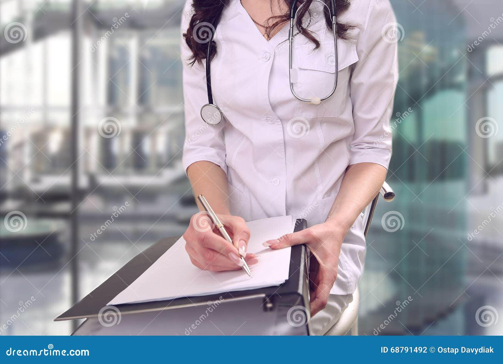 Un doctor en la cirugía realiza el trabajo administrativo bureaucrac