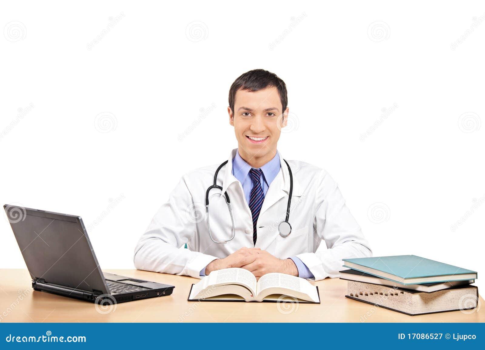 Un doctor que presenta en su oficina
