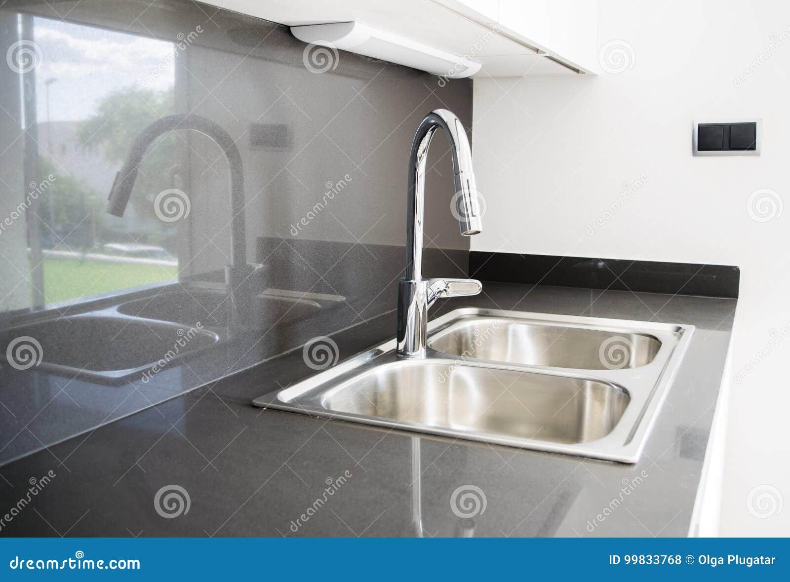 Un Doppio Lavandino Di Cucina Dell\'acciaio Inossidabile ...