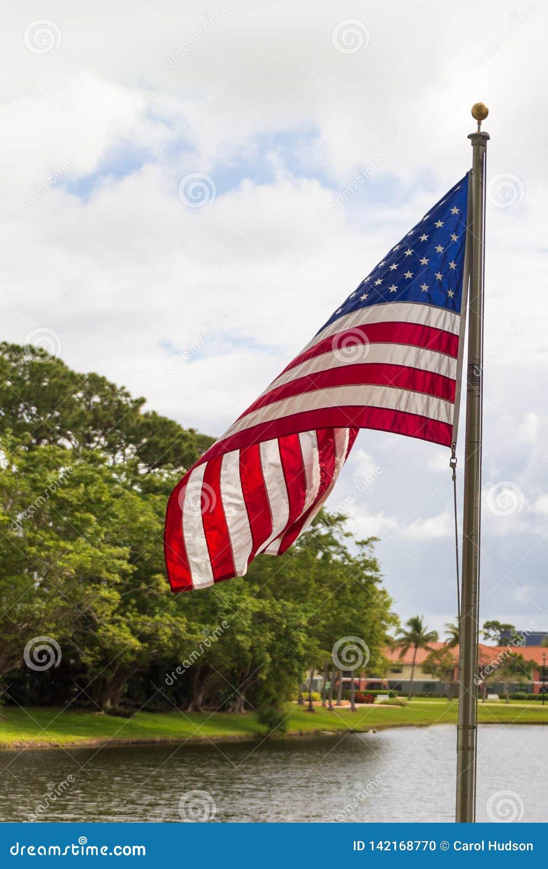 Un drapeau américain soufflant dans le vent un jour nuageux