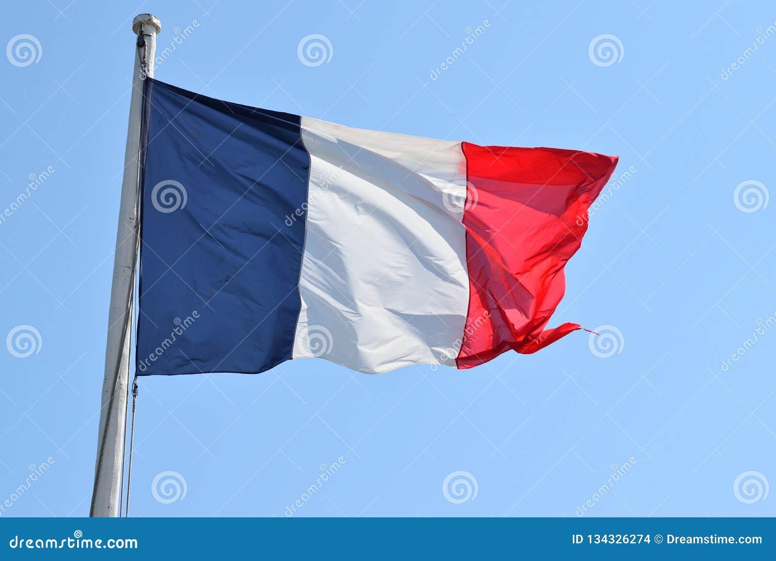 Un drapeau français flottant dans le fort Saint Malo