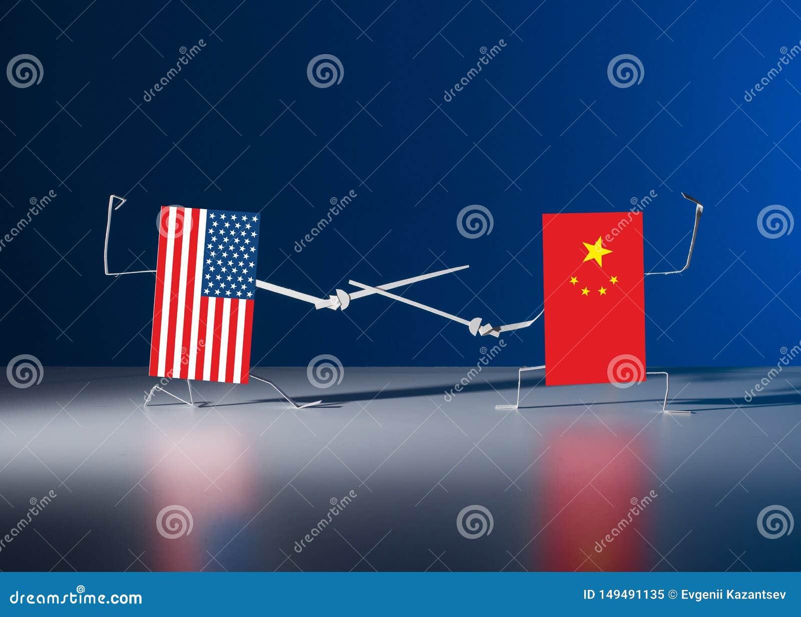 Un duelo con las espadas entre las banderas de papel de los E.E.U.U. y China