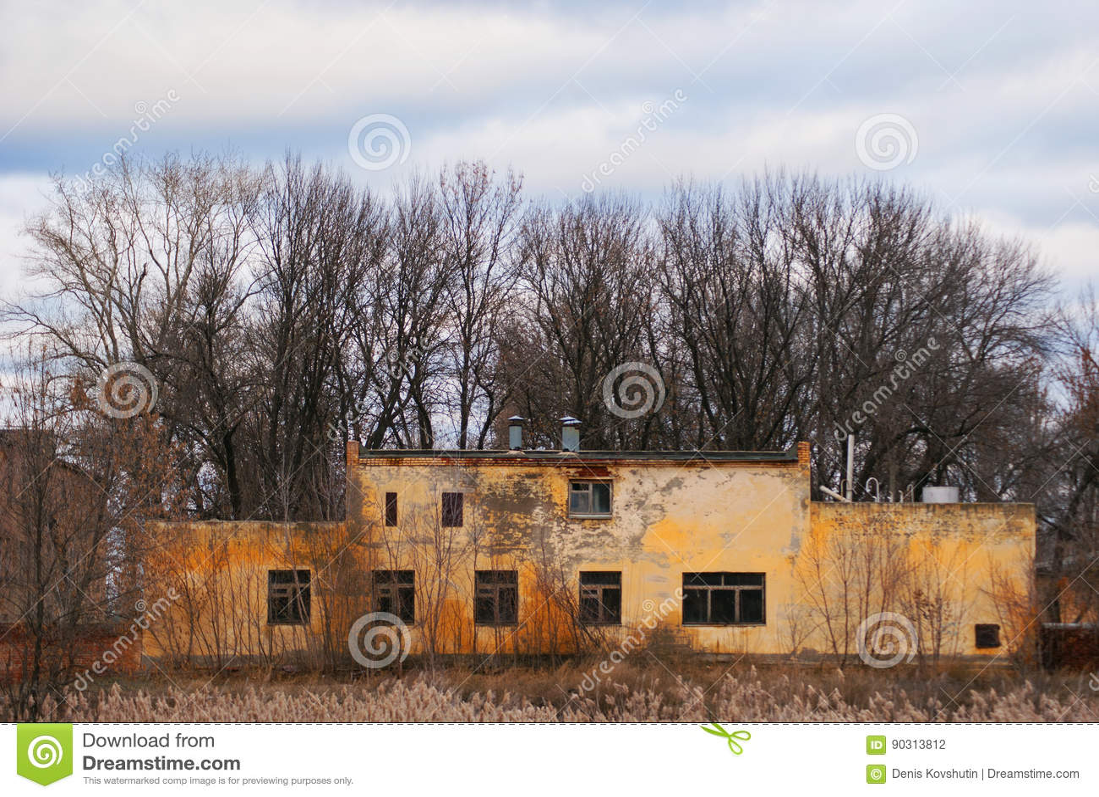Un edificio dilapidado de una unidad militar abandonada