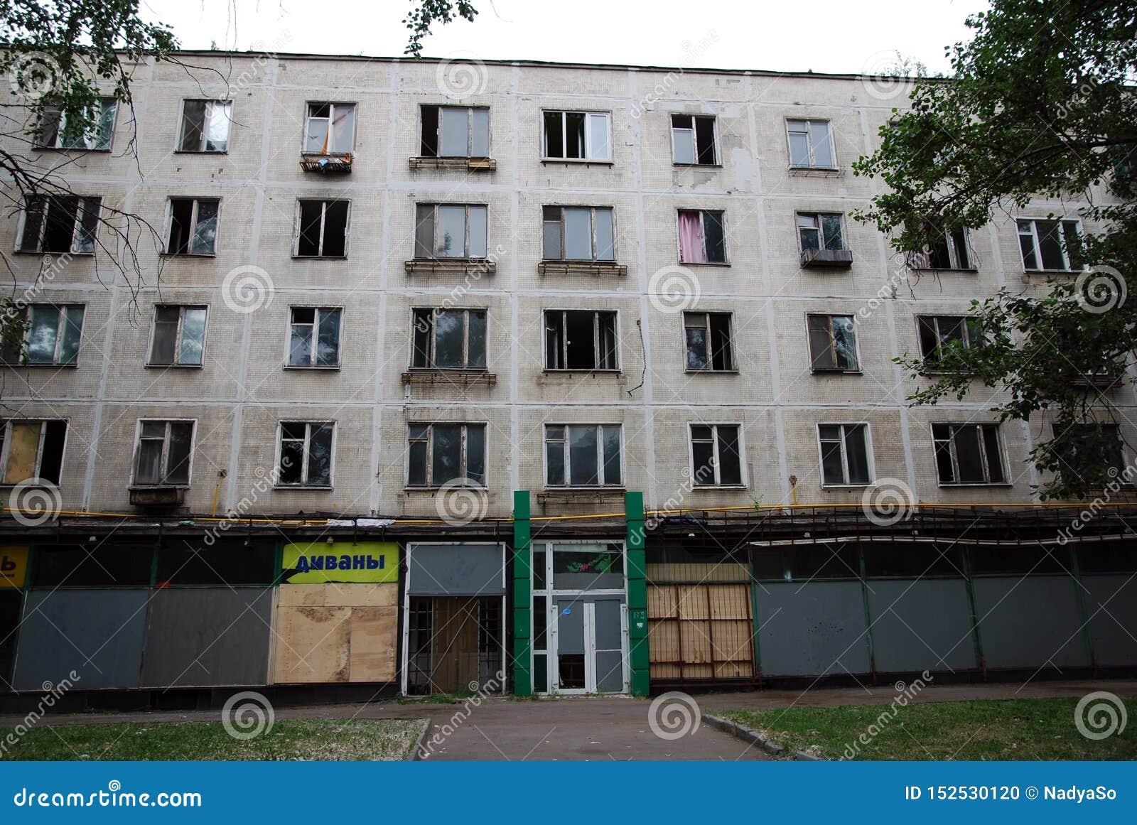 Un edificio residenziale abbandonato di cinque storie per demolizione