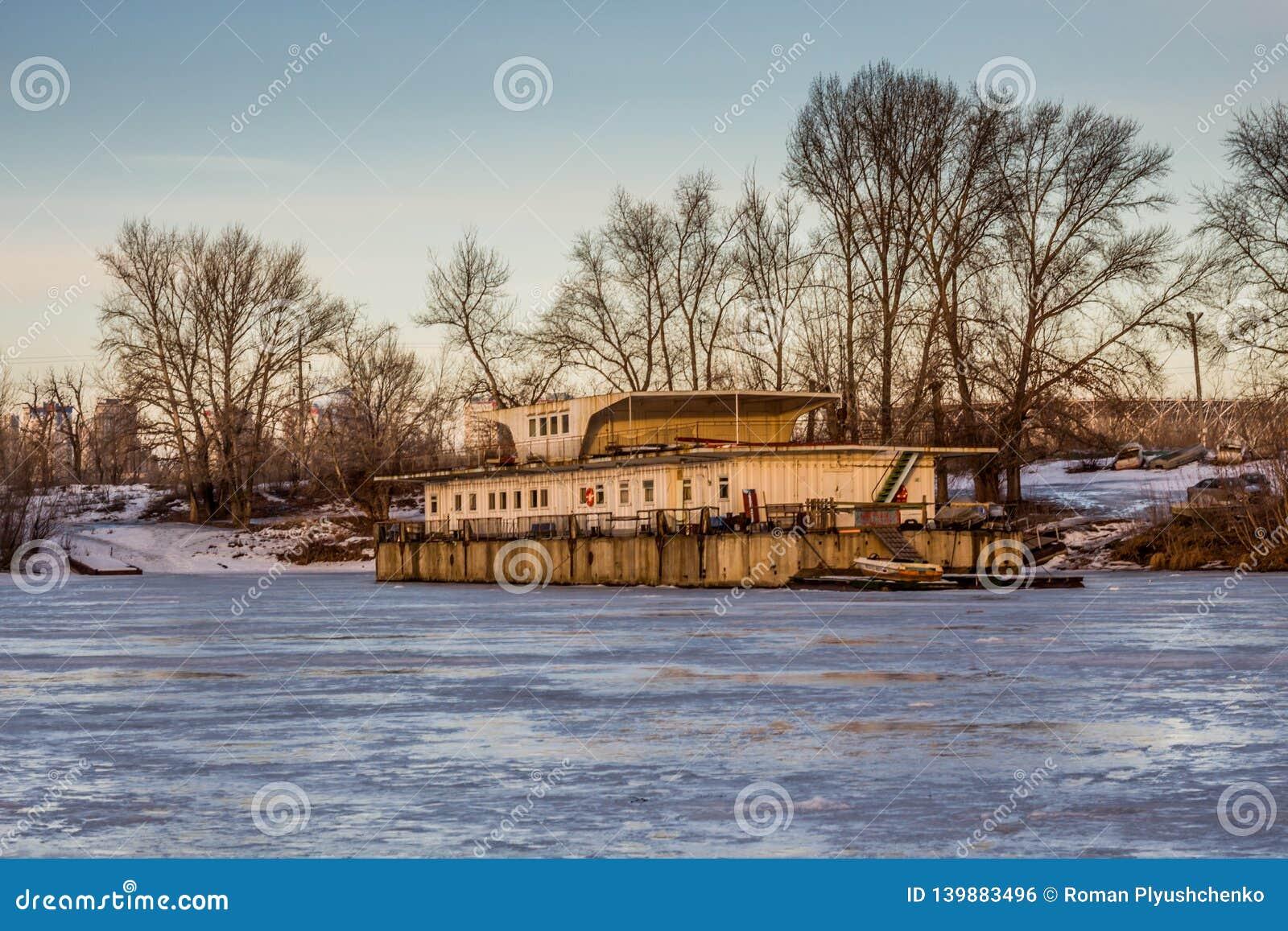 Un embarcadero abandonado viejo en el lago congelado