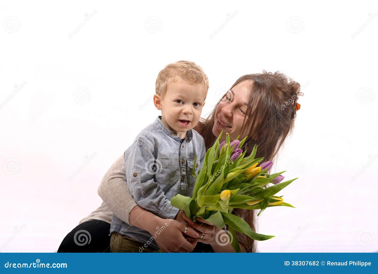 Un enfant en bas ge offre des fleurs sa maman for Offre des fleurs