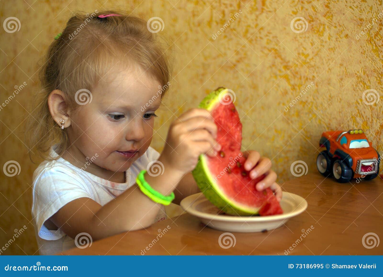 Un enfant mange la pastèque