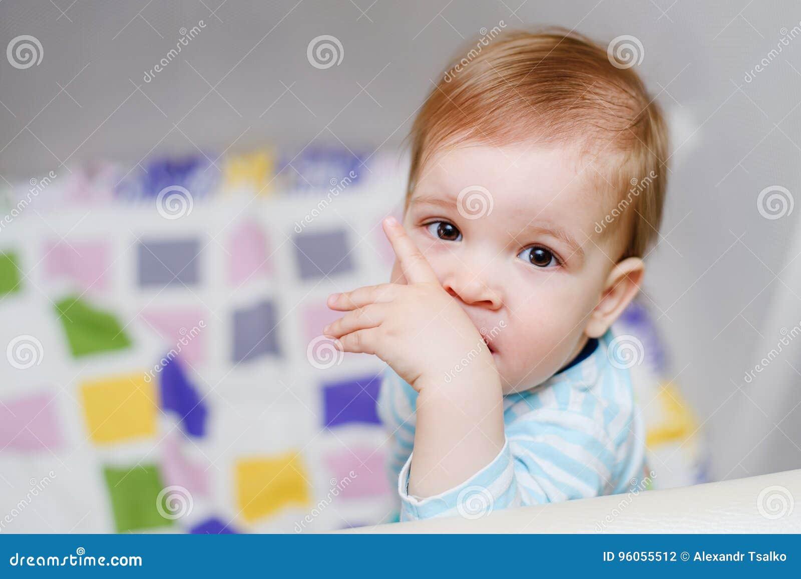 Un enfant an s assied dans une arène