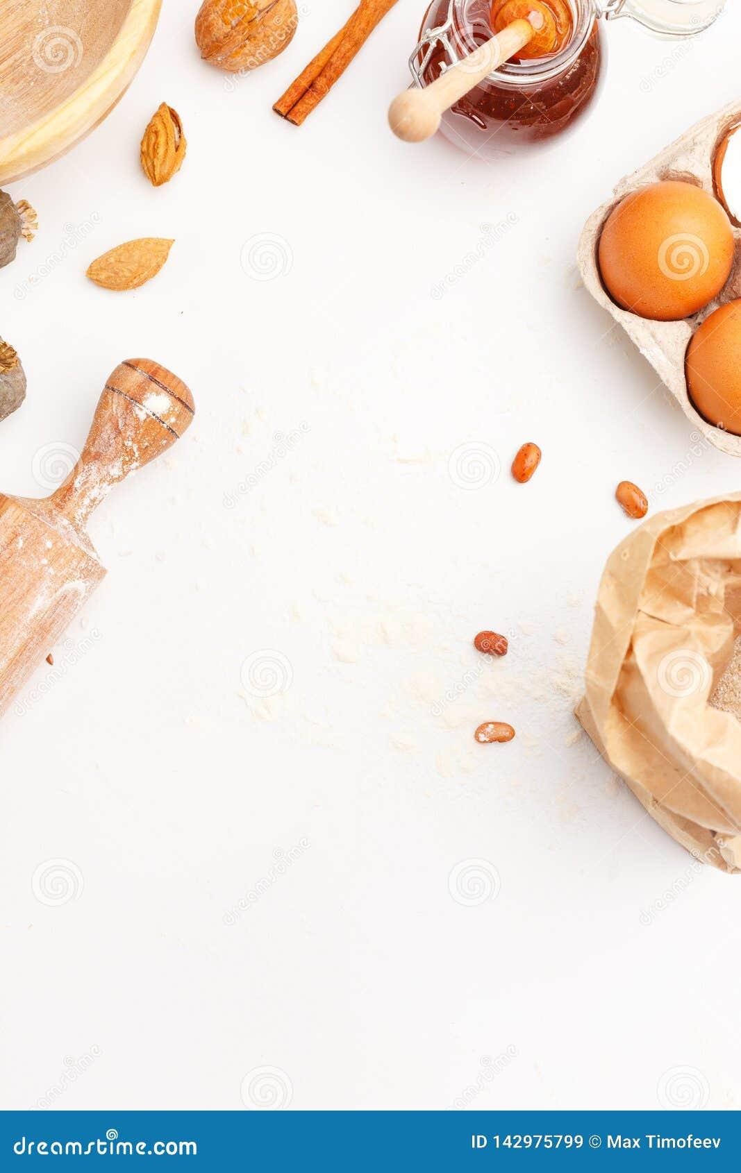 Un ensemble d articles de cuisine pour faire les produits cuire au four doux de farine Farine, oeufs et d autres ingrédients Vue