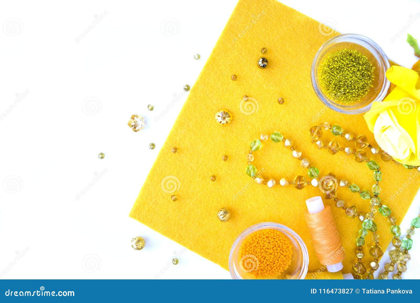 Un ensemble de matériaux pour la couture dans la couleur jaune