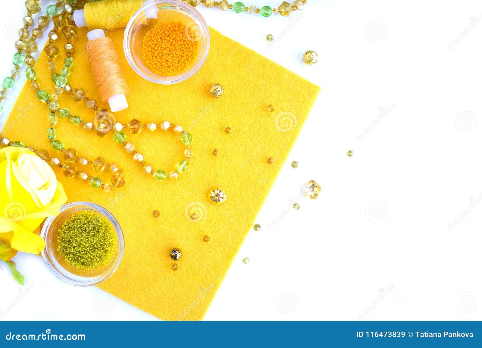Un ensemble de matériaux pour la couture dans des couleurs jaunes et oranges