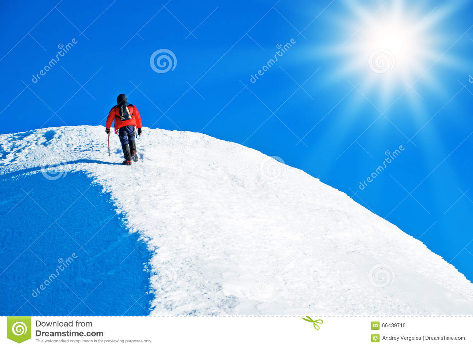 Un escalador que alcanza la cumbre