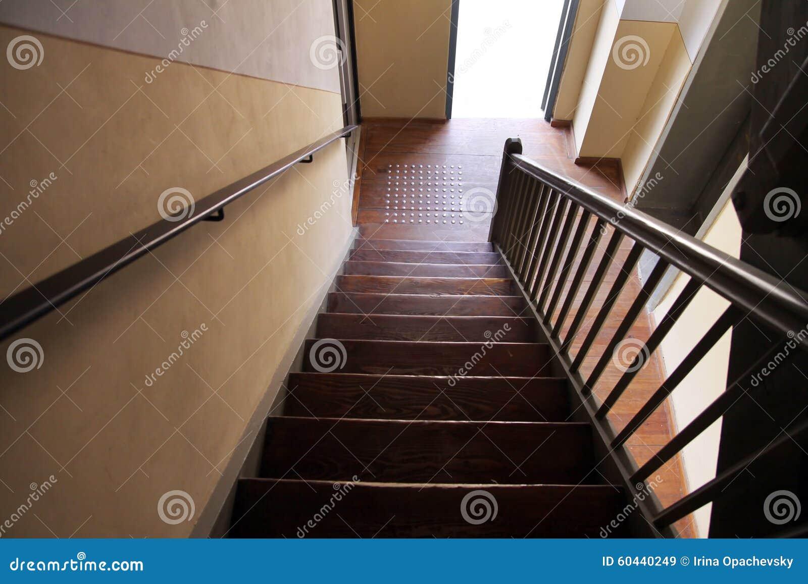 un escalier en bois dans une vieille maison photo stock image 60440249. Black Bedroom Furniture Sets. Home Design Ideas