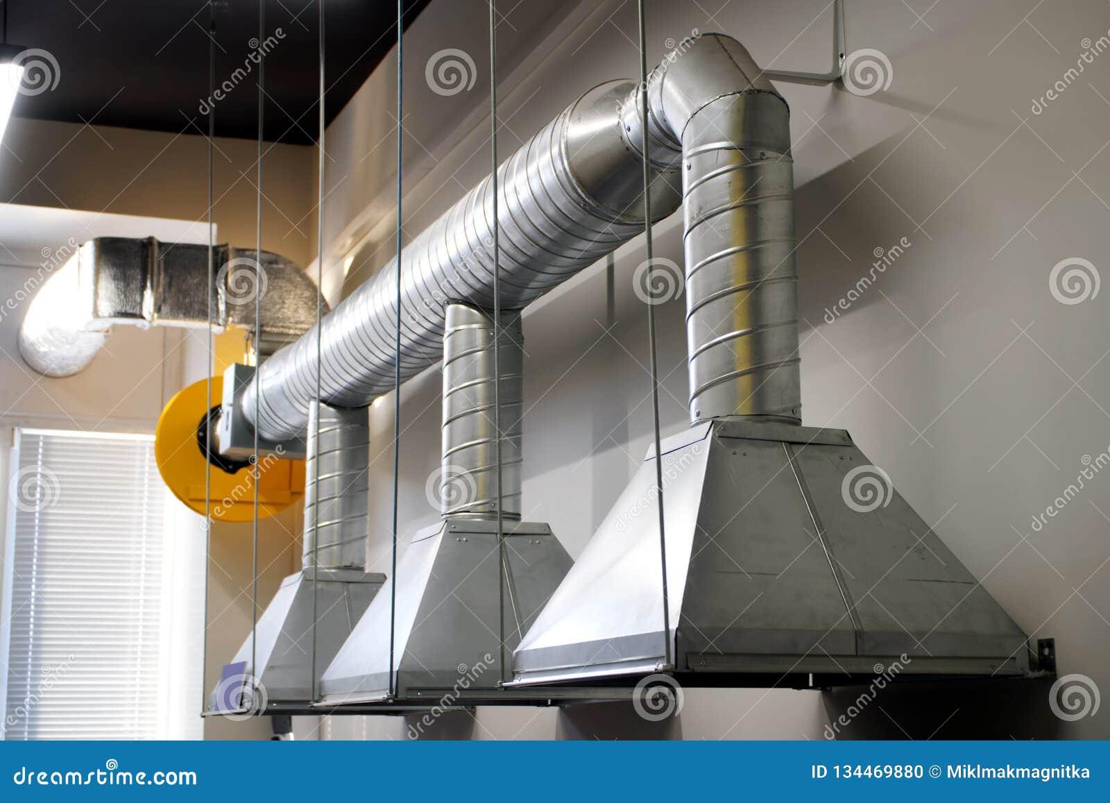 Un esempio di installazione della ventilazione sopra un posto di lavoro in una zona industriale