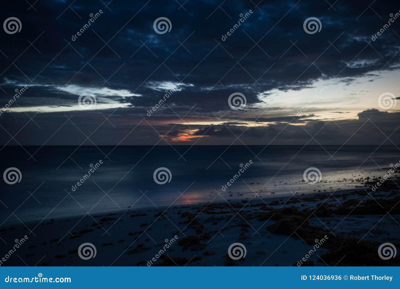 Un esposizione lunga del mare all ora blu