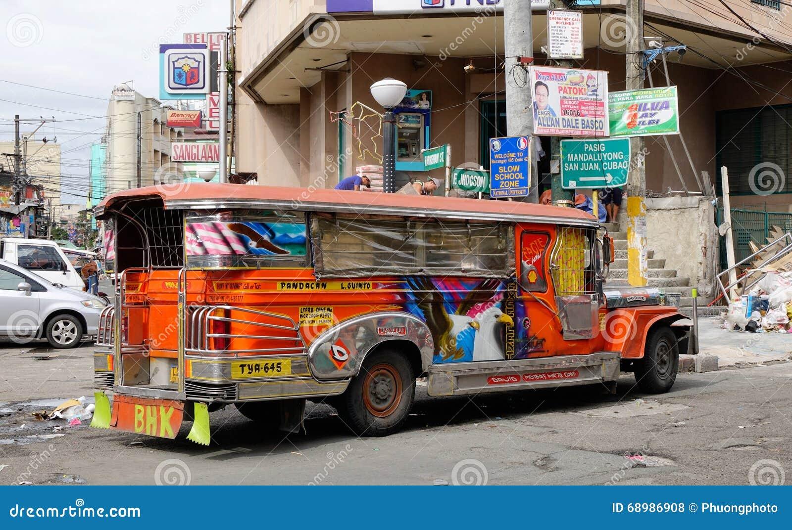 Un estacionamiento del jeepney en el distrito de Baclaran, Manila, Filipinas