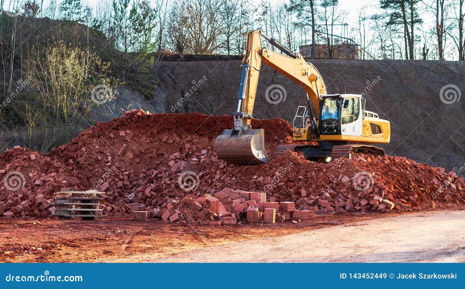 Un excavador grande en el trabajo