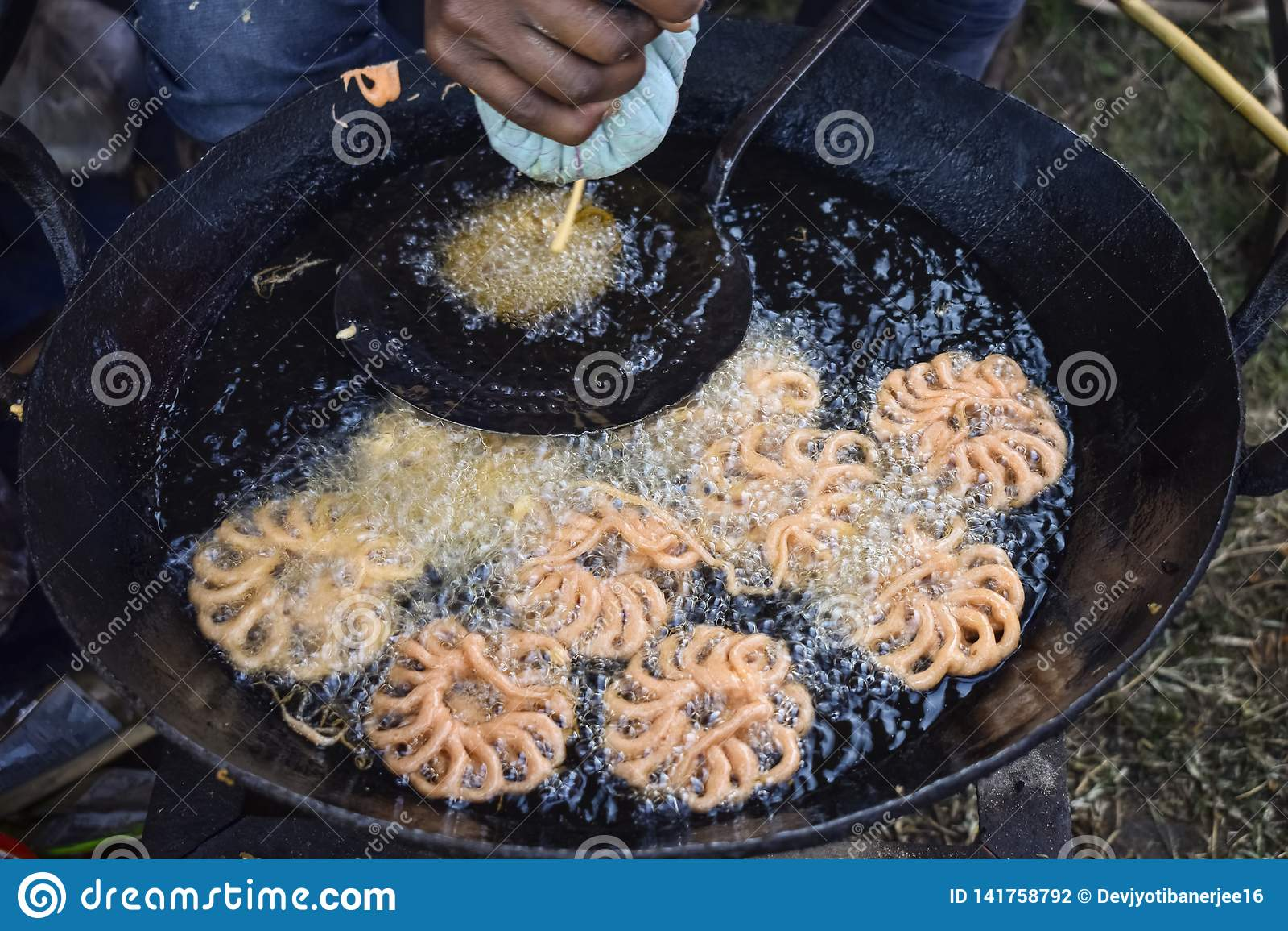 Un fabricant doux faisant le bonbon, Zalabia, s est composé d une pâte à levure frite et alors plongée dans un sirop de miel et s