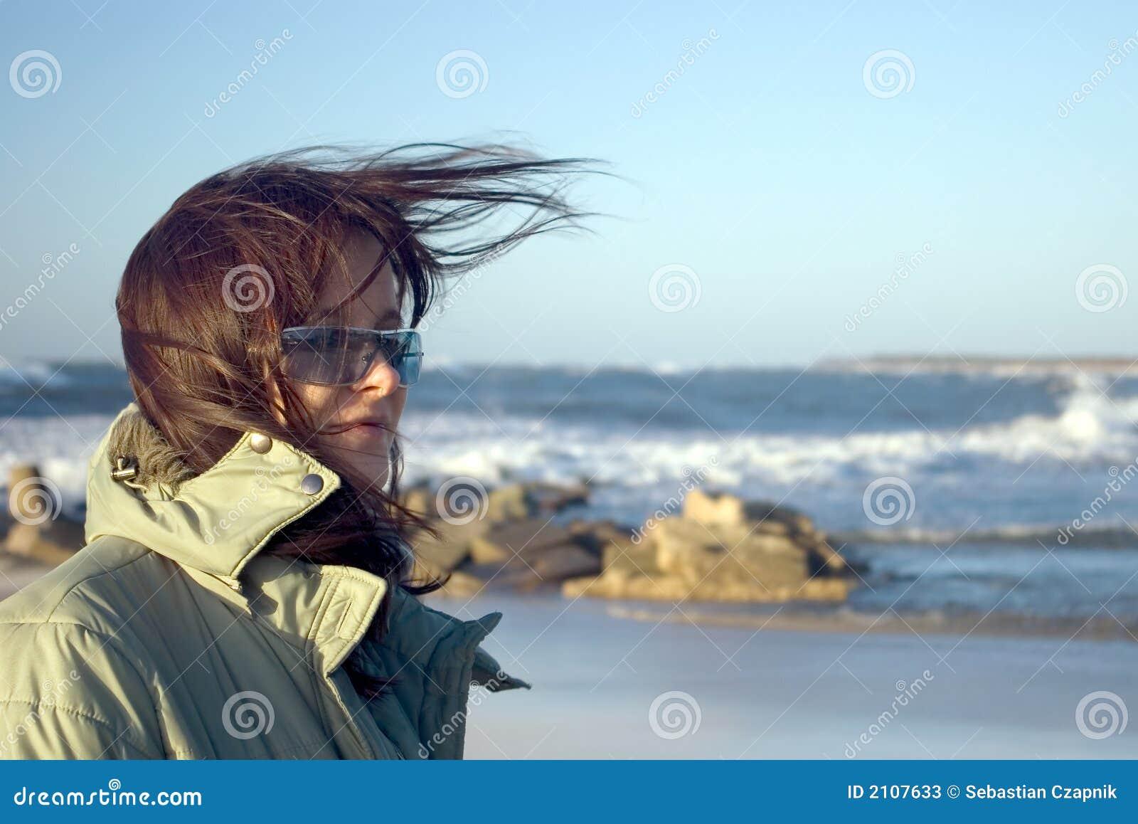 Un femme à une mer très venteuse
